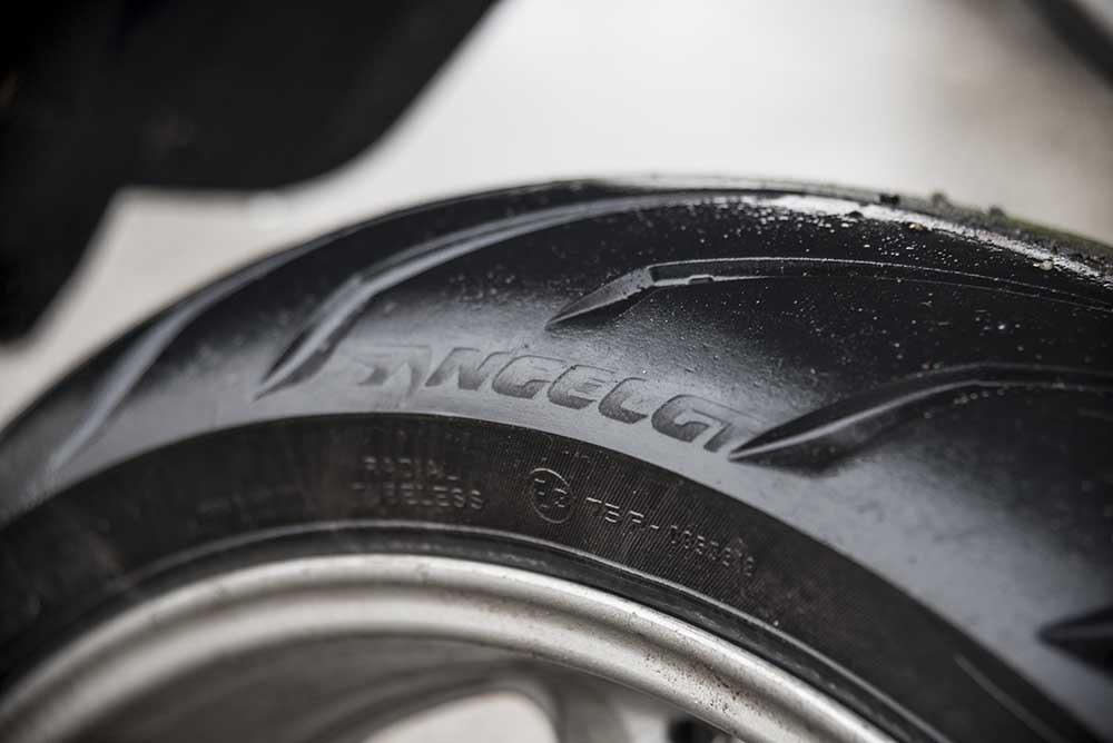 testmotor langeduurtest pirelli angel gt motorbanden. Black Bedroom Furniture Sets. Home Design Ideas