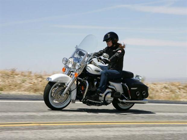 Woman-2008-harley-davidson-flhrc-road-king-classic