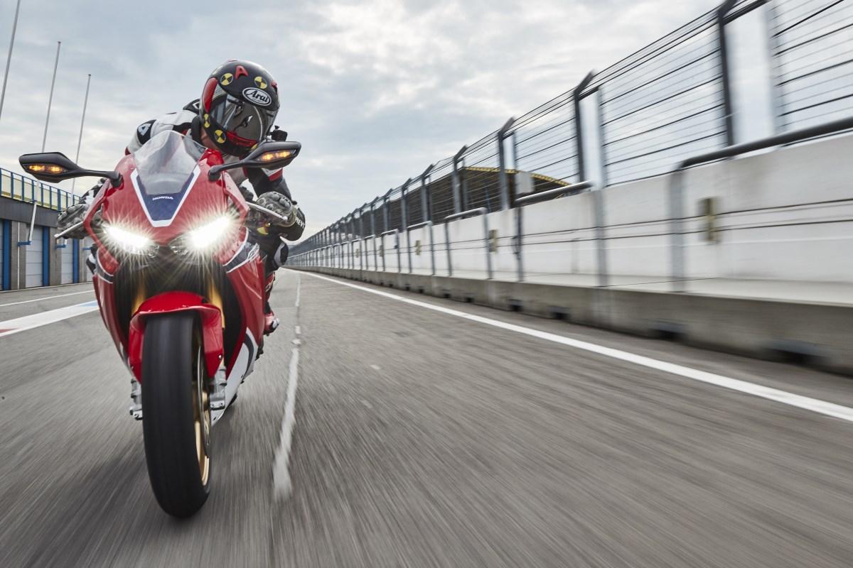 Testmotor.nl: test 2017 Honda CBR1000RR Fireblade - Kort, snel en ...